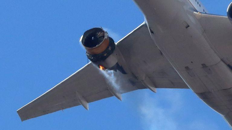 Las fotos muestran que la carcasa del motor del avión se ha caído por completo.  Foto: speedbird5280 vía Reuters