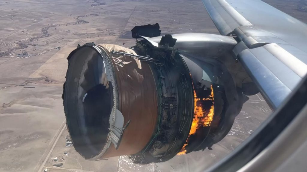 Dos pasajeros demandan a United Airlines después de que el motor de un Boeing 777 se incendiara en el aire |  Noticias de EE. UU.
