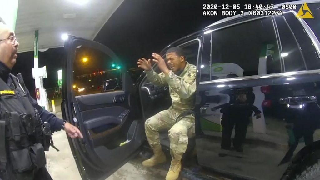 Teniente del Ejército de Estados Unidos demanda a dos policías de Virginia tras ser arrestados y rociados con pimienta |  Noticias de EE. UU.